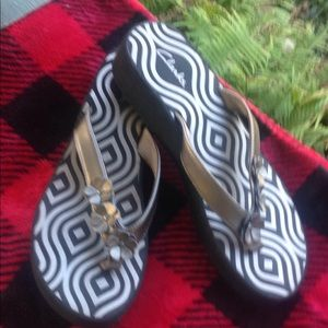 Clarks silver gold wedge flip flops size 10 m new